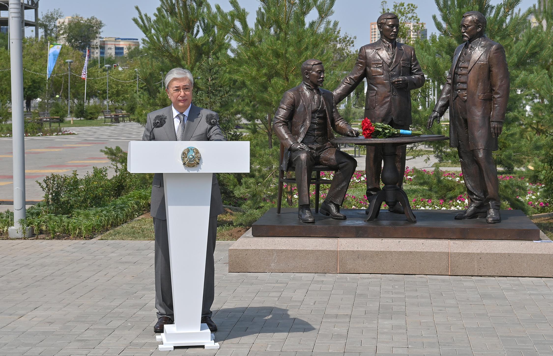 Президент Қасым-Жомарт Тоқаев Алаш қайраткерлеріне арналған ескерткіштің ашылуына қатысты